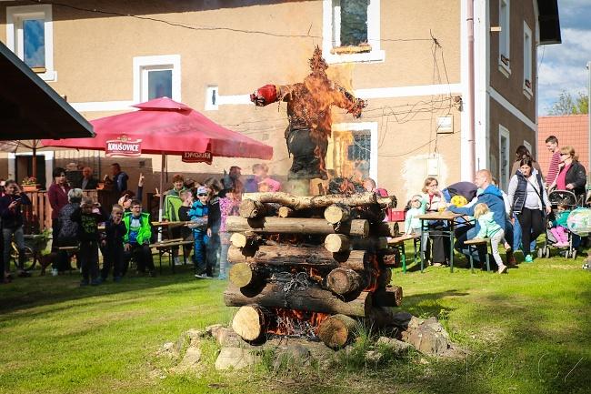Na Pomezí postavili májku a zapálili čarodějný oheň