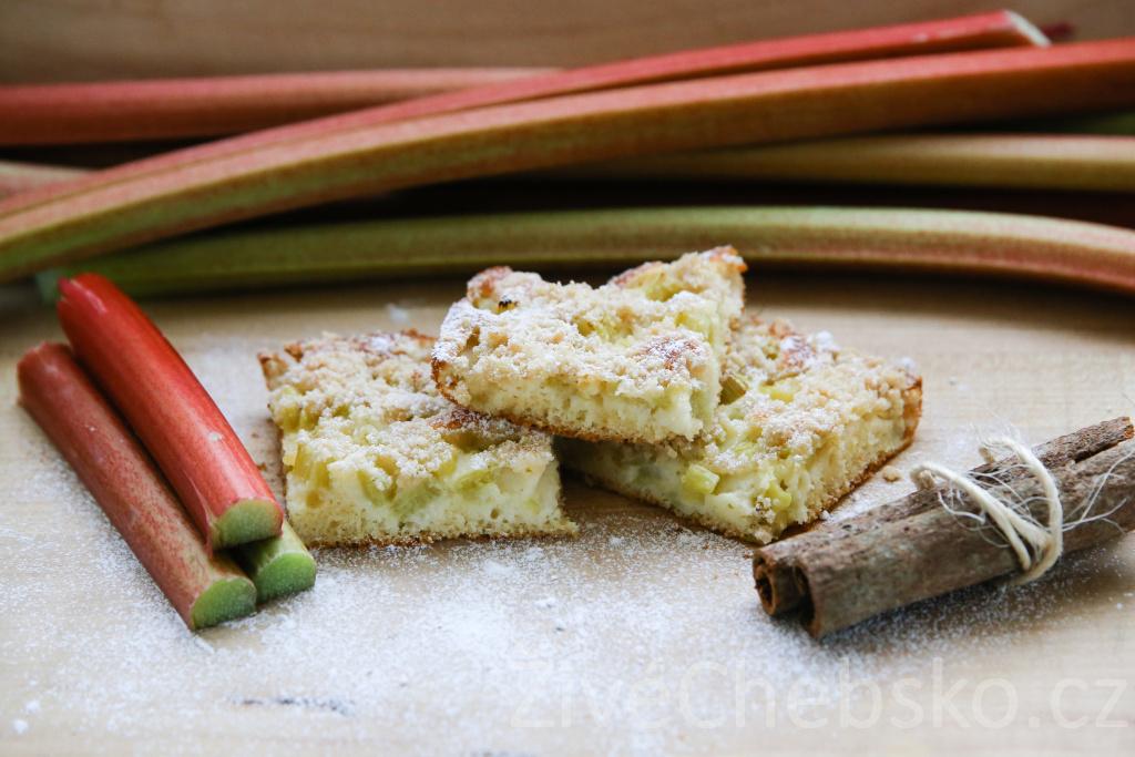 Upečte křehký koláč z rebarbory, jeho chuť příjemně překvapí