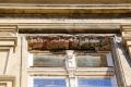 Z budovy bývalé pošty opět padají kameny
