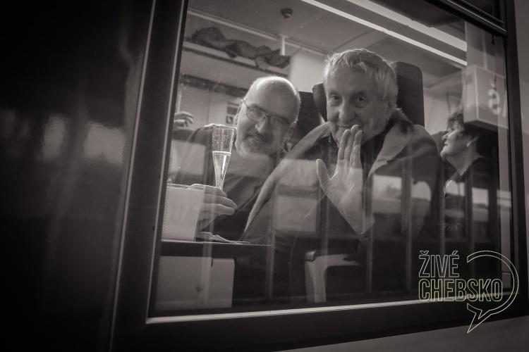 """Mottem-""""Život-je-tak-hezkej""""-se-řídili-účastníci-happeningového-vlaku"""