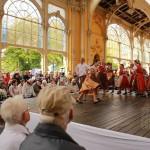 Folklórní-soubory-roztančily-mariánskolázeňskou-kolonádu