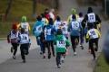 Čelovky svítily běžcům na cestu
