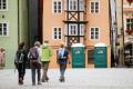 Chebské náměstí opět zdobí květinové berušky, ale také zapomenuté toalety