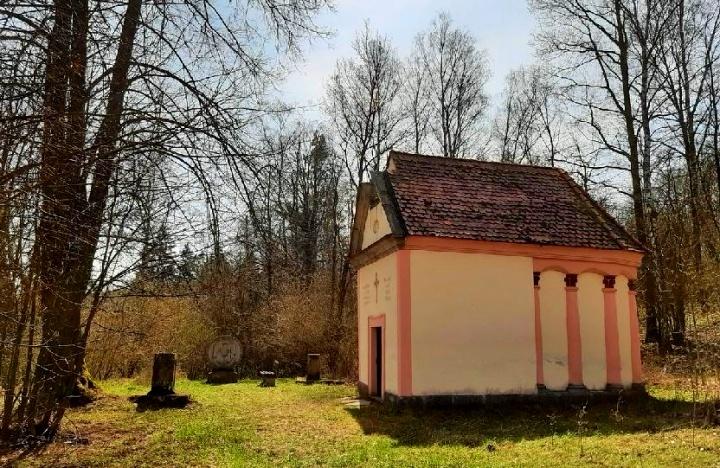 Boží hrob, opodál na okraji lesa u Lorety-foto-Jiří Pošmura